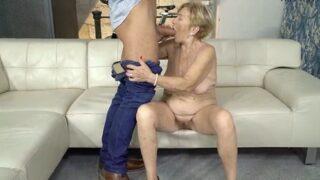 Abuela latina tiene suerte y se sube a una polla joven