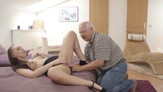 Caliente morena tuvo sexo sucio con el papá de su novio