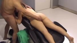 Doctor folla a su paciente con esposo afuera