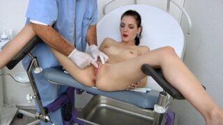Doctor manosea y masturba a paciente tímida de 18 años