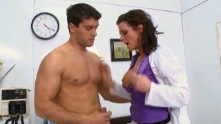 Doctora cura a su paciente con una follada