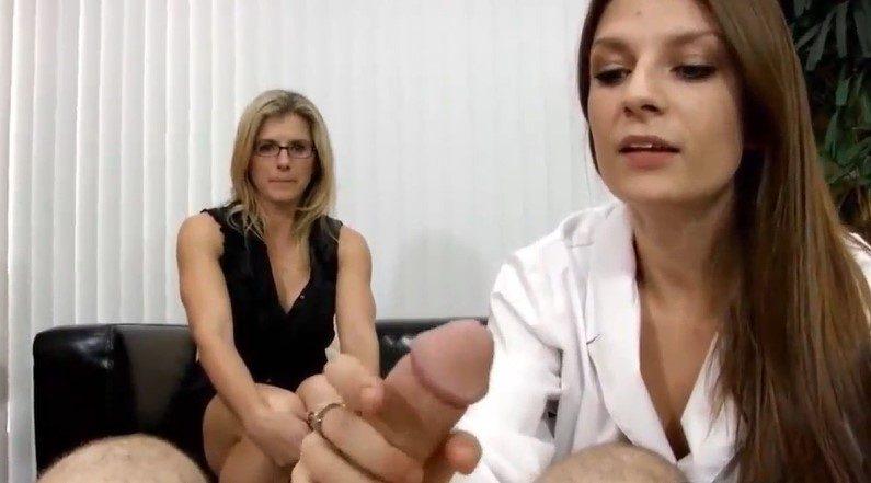 Doctora se aprovecha del hijo de la amiga y lo folla