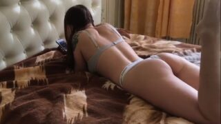 Fóllame duro papi mientras veo vídeos de sexo casero