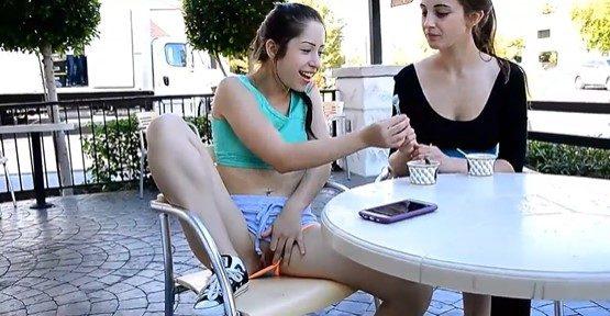 Jovencita se masturba en público con una cuchara