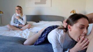 Latina pierde la apuesta y mira como follan a su hermana