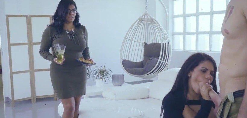 Latinas gemelas comparten la gran polla de su hermano