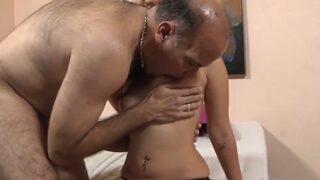 Maduro destroza el coño afeitado de inocente latina