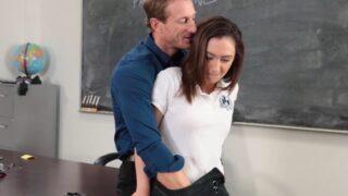 Maestro seduce chantajea y folla a inocente colegiala