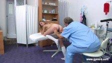 Hermosa rubia en examen ginecológico