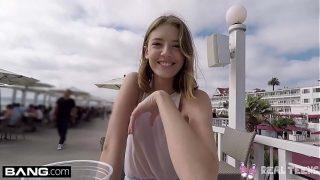 Adolescente juega con el clítoris en público